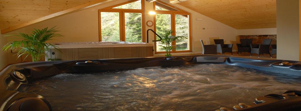 vasca idromassaggio tra la neve nelle dolomiti