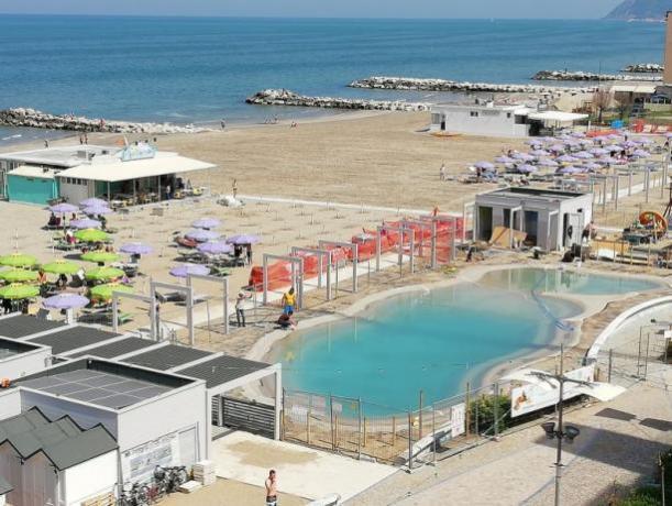Hotel con piscina privata attrezzata a Misano