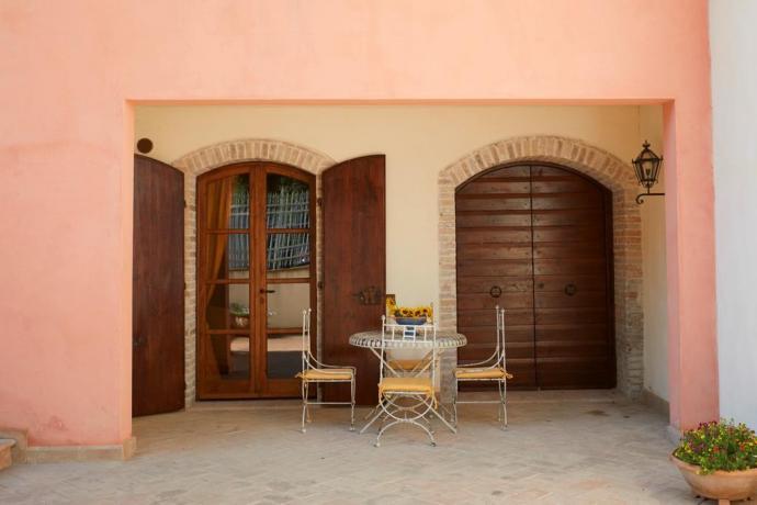 Appartamento casale Unciano con portico arredato