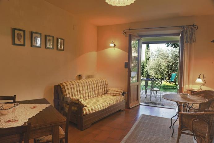 Soggiorno con vista giardino Appartamento L'Abete in Umbria