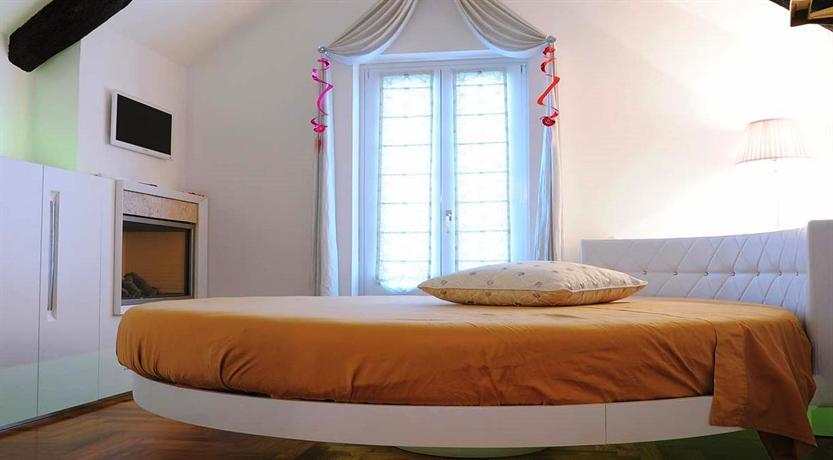 Camera con letto rotondo, caminetto e vasca idromassaggio