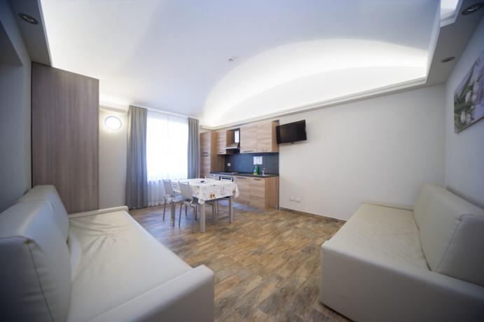 Appartamento-vacanze Bardonecchia uso cucina e soggiorno con tavolo