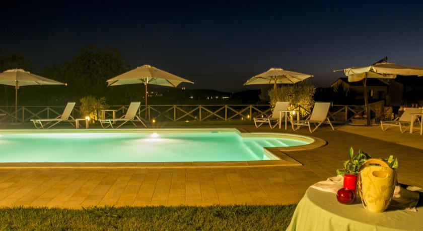 Vista piscina notturna chiaro di luna