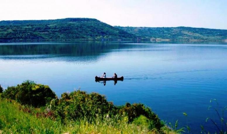 Campeggio vicino Lago Omodeo Sardegna
