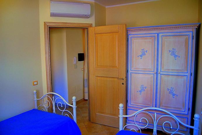 Camera doppia con due letti singoli vicino Olbia