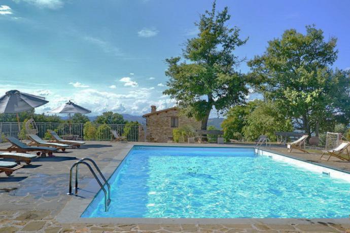 Tra Gubbio e Gualdo-Tadino Casolare con Piscina privata