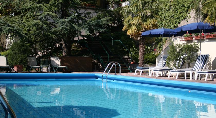 piscina vista Dolomiti