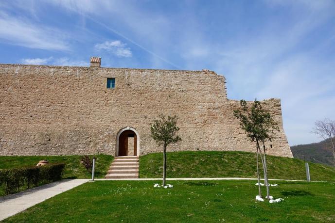 Esterno Castello di Gallano a Valtopina