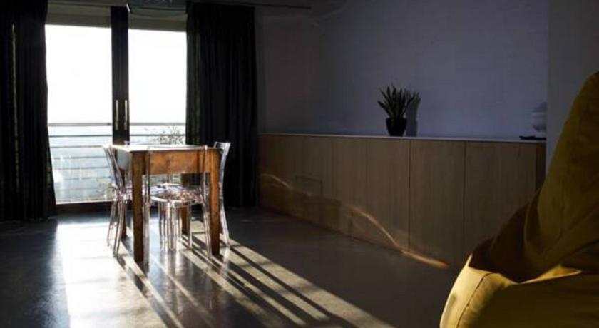 Tavolo e sedie della villa indipendente