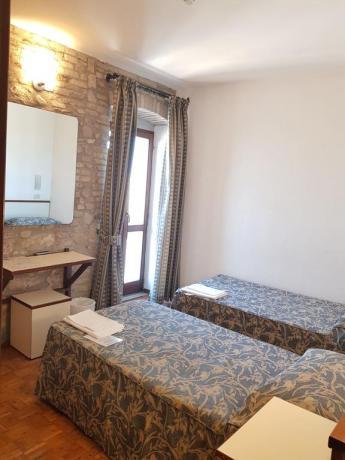 Camera doppia con letti singoli vista panoramica centro-Assisi-Umbria