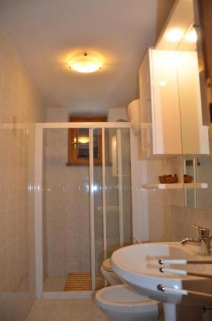 Bagno camera con ampio box doccia