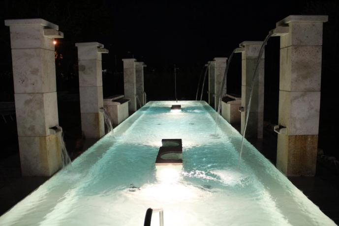 Romantica piscina termale esterna di notte a Viterbo