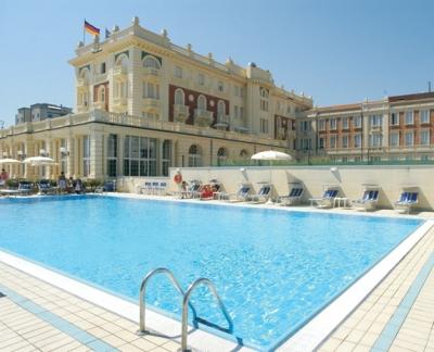 Pulizia manutenzione piscine Hotel Alberghi