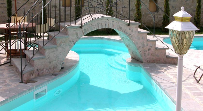 Ponte in muratura sopra la piscina