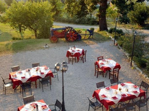 Colazione in giardino in agriturismo a Umbertide