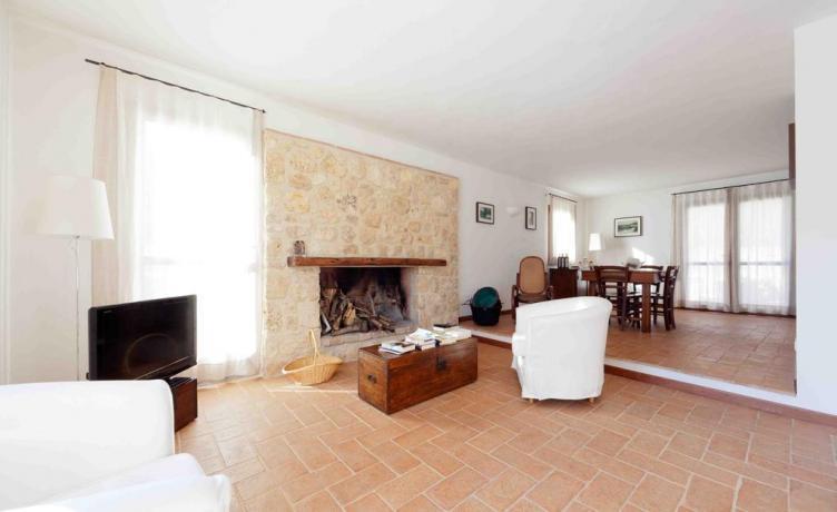Salone comune con camino appartamento Terni