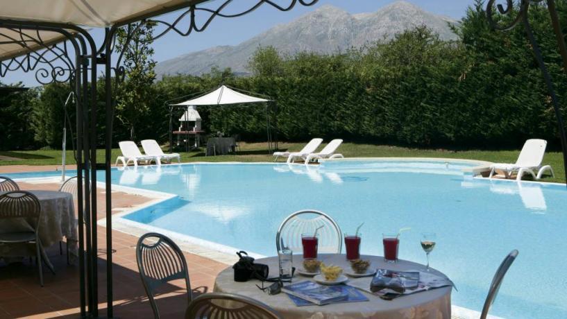 Albergo con piscina esterna vicino L'Aquila