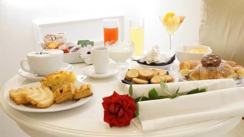 Romantica colazione in camera