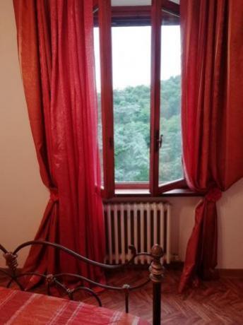 Camera matrimoniale in villa Collodi con finestra-panoramica