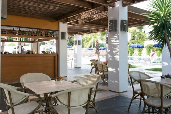 Veranda all'aperto con bar hotel pugliese