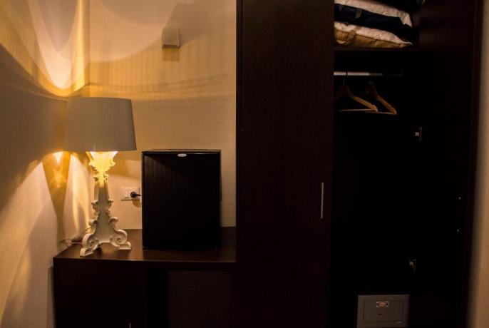 Frigo Bar e Armadio camera hotel 3stelle Trapani