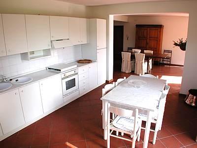 Cucina attrezzata con forno e lavastoviglie