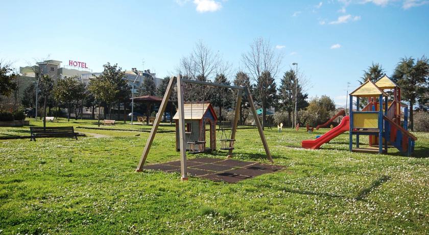 Ampio spazio esterno con giochi per bambini