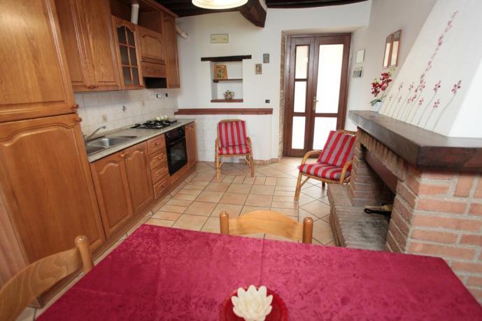 Camera con Angolo Cucina e Camino