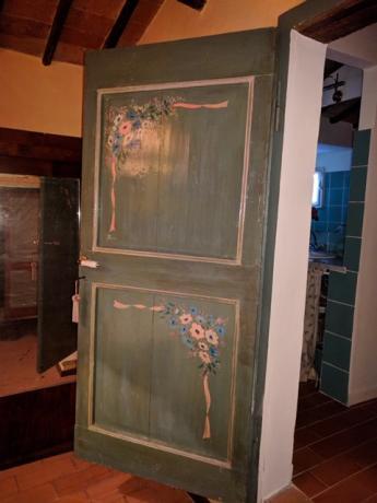 Porta decorata nel Casale Monte Castello Vibio