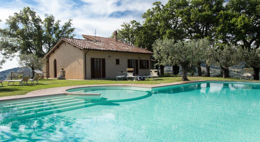 Agriturismo con piscina idromassaggio e ristorante a Foligno