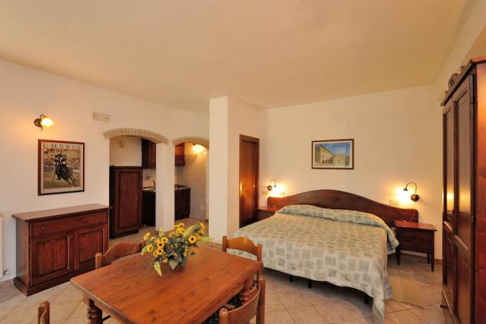 appartamento con letto matrimoniale cucina e soggiorno