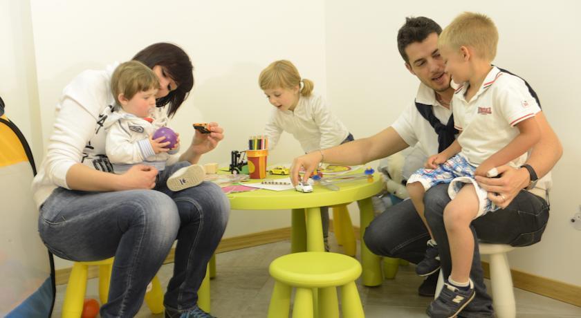 Area giochi bambini con animatrice Hiotel Folgaria