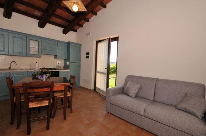 Appartamento Trebbiano, salone con cucina, Montebuono