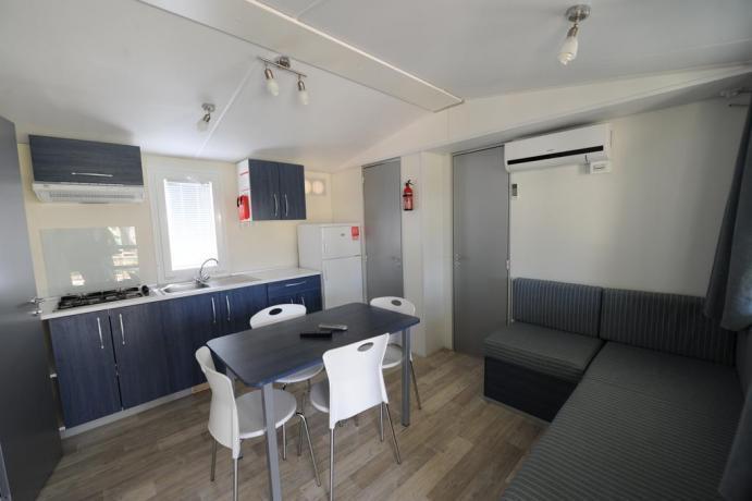 Appartamenti con angolo cucina, tavolo e divano