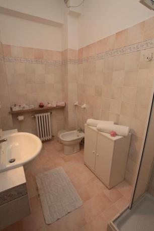 Bagno camera dotato di Doccia