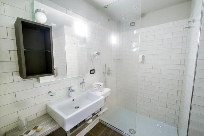 Bagno con doccia in hotel di Pesaro