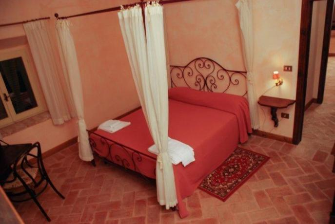 Camera matrimoniale, pavimento in cotto e baldacchino