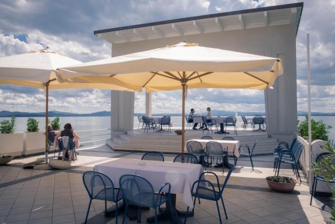 Spazio esterno con sedie, tavolo vista Lago