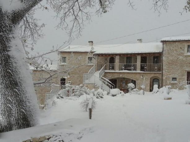 Agriturismo in pietra Abbateggio neve