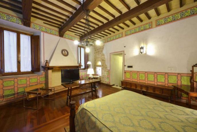 suite jacopone con camino antica residenza a Todi