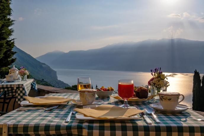 Colazione in terrazzo con vista Lago