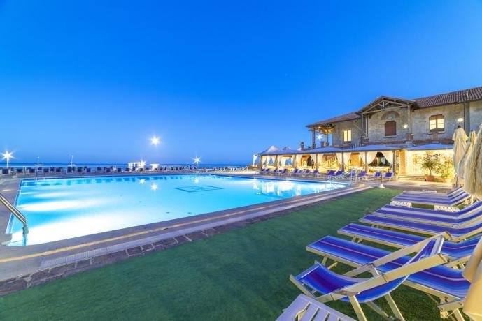Resort sul mare con camere e piscina