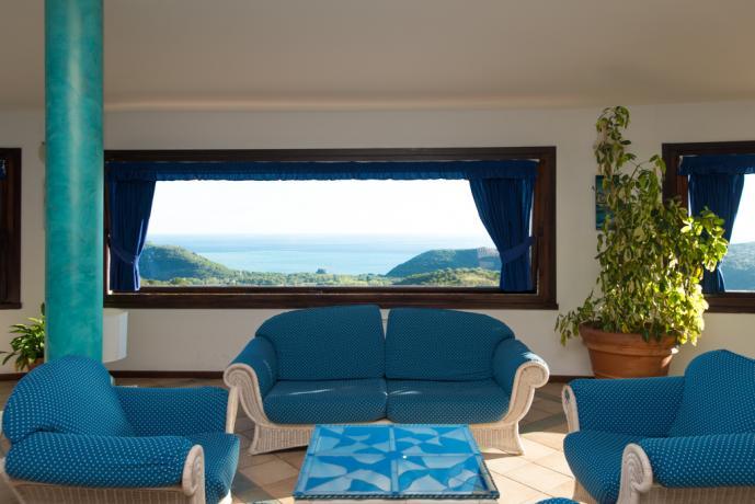 Area relax con divani e vista panoramica