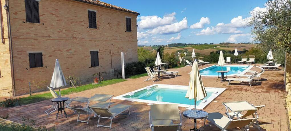 Casale con 2 piscine e giardino a Macerata