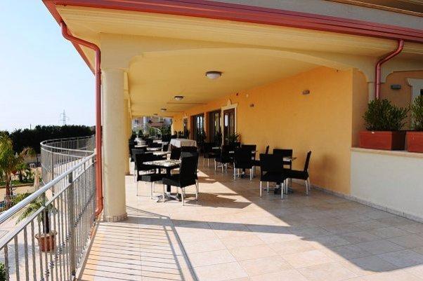 Area esterna ideale per colazione hotel a Diamante