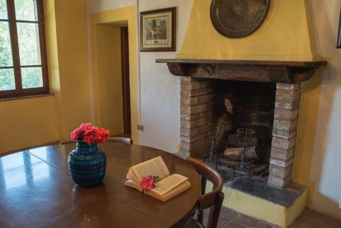 Sala da pranzo con Camino appartamenti in Umbria