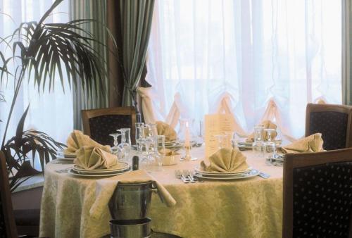 Sala ristorante con piatti tipici siciliani-Caltagirone