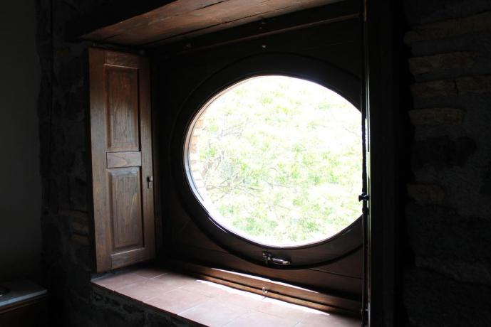 Camera finestra ovale agriturismo ad Adrano