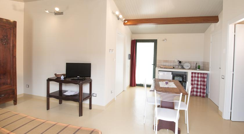 Villaggio con Appartamenti e Piscina in Toscana