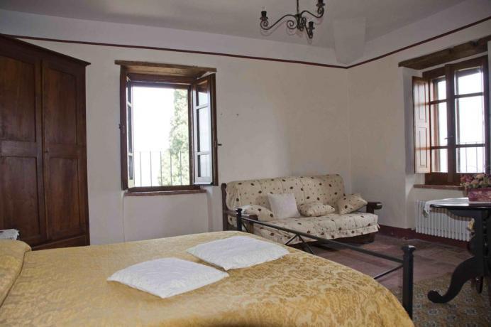 Camera matrimoniale con divano e finestra panoramica